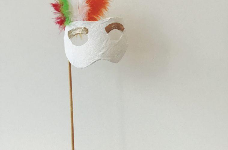Carnavalsmasker op een sokkel