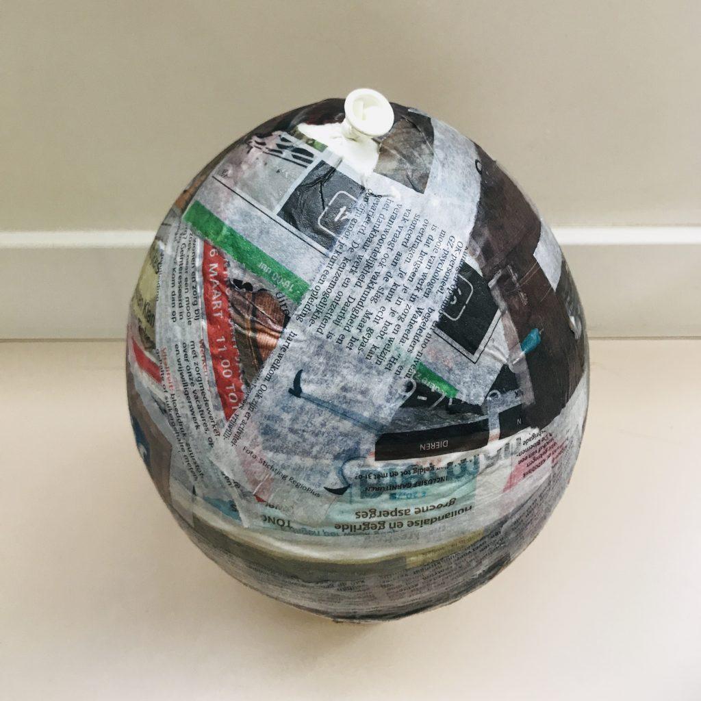Pasen papier mache piñata