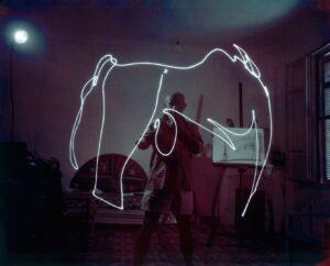 Gjon Mili's foto van Pablo Picasso die tekent met licht