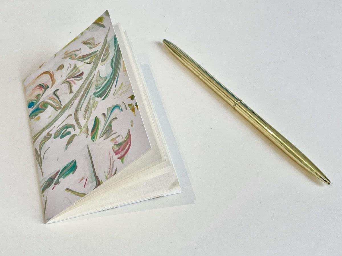 Boekje of schrift DIY van scheerschuim verf en papier 800x600